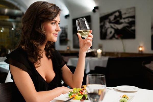 Bật mí với bạn cách cầm ly rượu vang chuẩn nhất