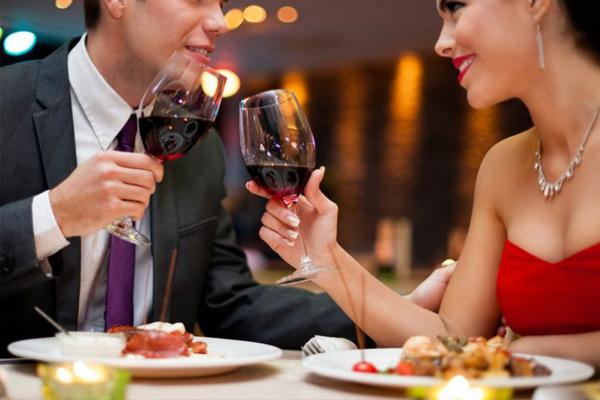 Bạn có biết cách cầm ly uống rượu vang đúng chuẩn là như thế nào?