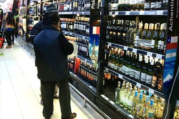 Rượu ngoại không rõ nguồn gốc tràn lan, nguy cơ ngộ độc thực phẩm lên cao