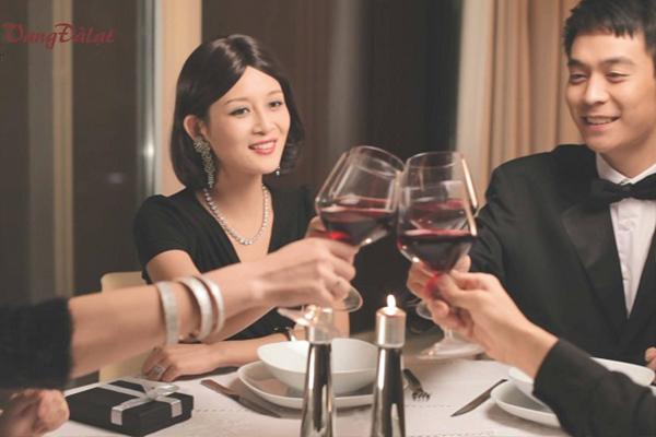 """Rượu vang – đồ uống """"cứu cánh"""" chị em trong tiệc tất niên"""