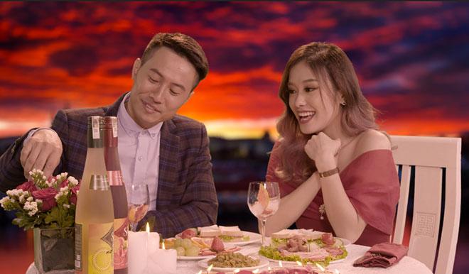 신사가 와인 믹싱에 대한 재능을 보여 주자 여성이 발렌타인 데이 밤처럼 술에 취했습니다.