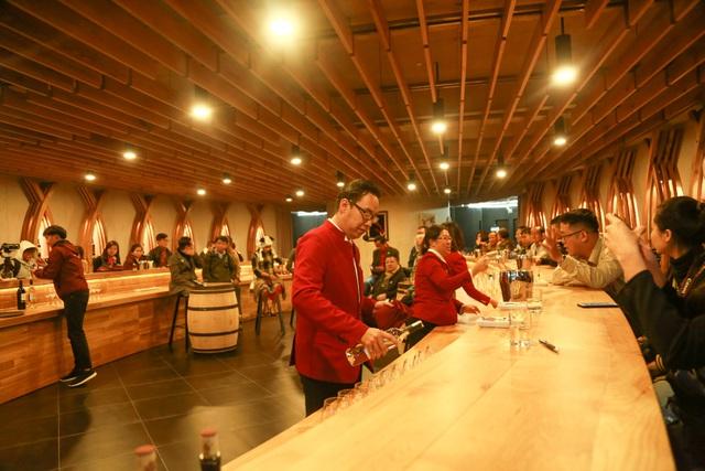 100人の記録者はベトナムで最大のワインセラーの規模での予想外の驚き